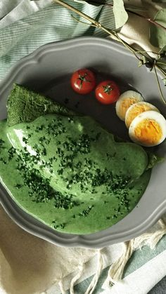 Green Omelette Rice (Omurice) Forget ham — rice is the yummiest complement to green eggs. Omurice Recipe Japanese, Easy Japanese Recipes, Asian Recipes, Cheap Easy Healthy Meals, Healthy Snacks, Crepes And Waffles, Artichoke Recipes, Healthy Recipe Videos, Omelette