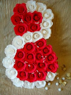 Reasons to Give Handmade Gifts – Gift Ideas Anywhere Crepe Paper Flowers, Paper Roses, Fabric Flowers, Jute Crafts, Diy And Crafts, Paper Crafts, Handmade Decorations, Paper Decorations, Floral Centerpieces