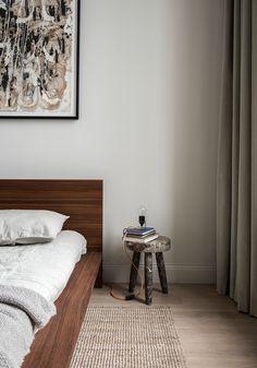 Schlafzimmer Skandinavisch Modern Minimalistisch Schlicht Reduziert Bett  Holz Nachttisch Hocker Deko Kunst Gemälde Abstrakt Wanddeko Teppich