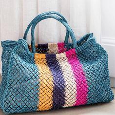 In these days when the sun starts to warm us in the spring and summer .- Güneşin içimizi ısıtmaya başladığı şu günlerde ilkbahar yaz aylarınd… Nowadays, when the sun starts to warm us up, you can use it in the spring and summer r - Crochet Clutch, Crochet Handbags, Crochet Purses, Crochet Bags, Ethnic Bag, Crochet Shell Stitch, Purse Patterns, Knitted Bags, Handmade Bags