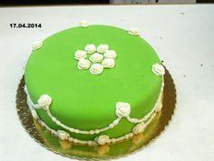 Torta compleanno decorata con la pasta di zucchero verde e bianco. La torta è pan di Spagna con la crema e amarene.