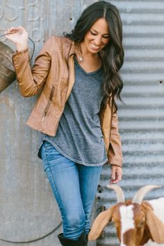 22 Farm-tastic Decorating Ideas Inspired by HGTV Host Joanna Gaines Fall Winter Outfits, Autumn Winter Fashion, Winter Style, Fixer Upper Tv Show, Joanna Gaines Style, Chip And Jo, Fixer Upper Decor, Her Style, Cute Outfits