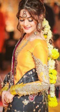 Neue Hochzeitsfrisuren Pakistani Mehendi Ideas New - bride hairstyles - Weddinghairstyles Pakistani Wedding Outfits, Pakistani Wedding Dresses, Black Wedding Dresses, Indian Dresses, Bridal Outfits, Shadi Dresses, Wedding Gowns, Mehndi Hairstyles, Indian Bridal Hairstyles