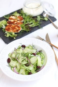 salata_de_castraveti_cu_sos_de_iaurt_si_halloumi Romanian Food, Sprouts, Zucchini, Vegetables, Salads, Vegetable Recipes, Veggies
