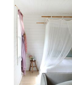 himmelbett weiß gardinen matratze bequem hocker