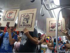 Usuarios de la red social Twitter reportaron que la creatividad reinó en una protesta pacífica que se realizó en el Metro de Caracas. Los manifestantes cargaban dibujados en un cartón los alimentos que le faltan a los venezolanos como lo es el aceite de maíz, harina de maíz precocida y leche.