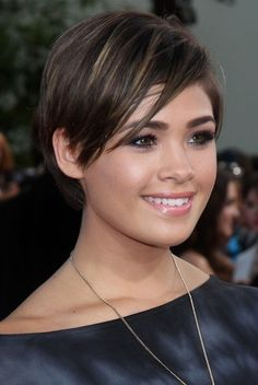 such a cute pixie cut and she seems to have a round-ish face like mine