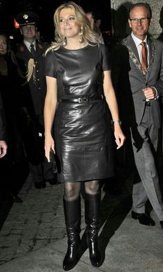 Only Leather Royal Fashion, Girl Fashion, Womens Fashion, Elegantes Outfit Frau, Celebrity Boots, Leder Outfits, Estilo Real, Black Leather Dresses, Sexy Older Women