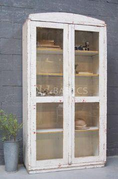 Brocante houten kast met een landelijke uitstraling. De kast is wit ...