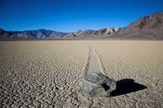 Racetrack playa (California) un lago seco en el Valle de la muerte, famoso porque las rocas cambian de lugar deslizándose en función de las condiciones de viento y frío.