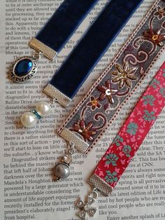Handmade bookmarks (a home for all those single earrings! Old Jewelry, Jewelry Crafts, Jewelry Art, Jewelry Making, Bookmark Crochet, Bookmark Craft, Wire Bookmarks, Handmade Bookmarks, Corner Bookmarks