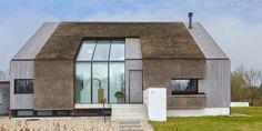 Het huis ontworpen door Architectenbureau Koppens sluit perfect aan op de omgeving... Villa Architecture, Future House, Ramen, Shed, Exterior, Outdoor Structures, Mansions, Nice, House Styles