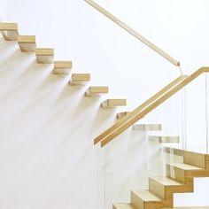 www.trabczynski.com  ST910 - Schody wspornikowe (częściowo dywanowe), wykonane z olejowanego dębu. Balustrada ze szkła z drewnianym pochwytem. Realizacja wykonana w domu prywatnym, projekt – Alba Labuda & TRĄBCZYŃSKI /  ST910 - Floating stair made of oak finished with hardwax oil. Balustrade made of glass with wooden handrail. Private residential project, designed by Alba Labuda & TRĄBCZYŃSKI.  #schodynowoczesne #modernstairs #floatingstairs #woodenstairs #stairs