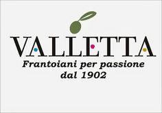 I Valletta, sono frantoiani per passione dal 1902, quando ancora i frantoi funzionavano con la macina di pietra spinta dal passo caparbio dell'asino. Nasceva a Valva il primo Olio Valletta che era di solito usato come merce di scambio: in cambio di un chilo di formaggio o di filetto potevi averne un litro. L'olio significava nutrimento, calorie per lavorare, energia per vivere. Vediamo alcuni dei suoi oli.