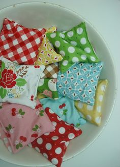 Bee In My Bonnet: Hot/Cold Bags Tutorial... Hand Warmers - make using little scraps of beloved fabric. (Not a project bag, but in my project bag Board, because it might be a nice little thing to add to my gifted project bags, and it's one more way to use up all my fabric!)
