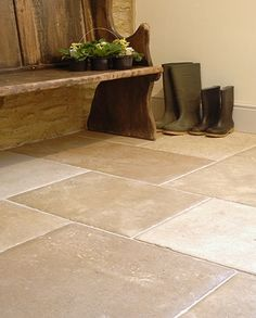 Flagstones with settle/monks bench in hall Hallway Inspiration, Kitchen Inspiration, Monks Bench, Flagstone Flooring, Country House Interior, Country Style Homes, Take A Seat, Stone Tiles, Floor Design