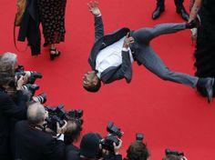 O bailarino francês Brahim Zaibat faz pirueta para fotógrafos durante a 67ª edição do Festival de Cannes, na França - http://epoca.globo.com/tempo/fotos/2014/05/fotos-do-dia-19-de-maio-de-2014.html (Foto: EFE/Guillaume Horcajuelo)