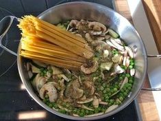 Recette: one pot zucchini mushroom pasta – Caroline Little Stories Healthy Pasta Recipes, Healthy Dinner Recipes, Vegetarian Recipes, Chicken Recipes, One Pan Pasta, How To Cook Pasta, Small Pasta, Mushroom Pasta, Mushroom Chicken