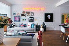 Lembranças de família, objetos comprados em viagens e obras de arte fazem o encanto do apartamento carioca.