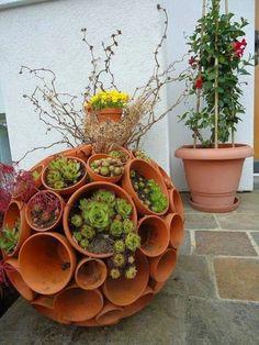 Make your own garden decoration_DIY garden balls from flower pots. Garden Planters, Succulents Garden, Planter Pots, Planter Ideas, Succulent Pots, Diy Planters, Pots D'argile, Clay Pots, Low Maintenance Garden Design