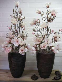 Eenvoudig maar mooi, potten opgemaakt met zijdebloemen. Gemaakt van zachtroze magnolia's: