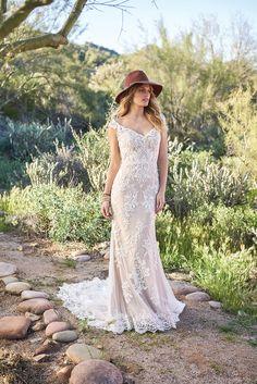Vestido de Noiva de Lillian West (6506), coleção s / s, corte sereia, decote em v, longo, com mangas #casamentoscombr #casamentos #casamentosbrasil #wedding #bride #noivas #vestidodenoiva #noiva #modanupcial #boho #arlivre