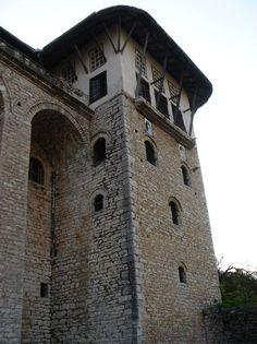Berat y Gjirokastra están inscritos como raros ejemplos de un carácter arquitectónico típico de la época otomana. Ubicado en el centro de Albania, Berat es testigo de la coexistencia de varias comunidades religiosas y culturales a lo largo de los siglos. Cuenta con un castillo, conocido localmente como el Kala, la mayoría de los cuales fue construido en el siglo 13, aunque sus orígenes se remontan al siglo IV aC.