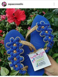 Beaded Shoes, Beaded Jewelry, Flip Flop Craft, Crochet Flip Flops, Shoe Makeover, Decorating Flip Flops, Cute Flip Flops, Pom Pom Sandals, Sandals Outfit