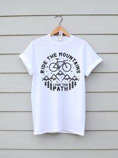 Ein tolles T-Shirt mit einer tollen Nachricht! Lasst uns raus gehen, Stubenhocker! Gibt es bei Etsy.