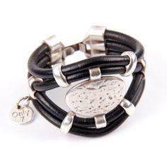 Pulsera de cuero negro y piezas de zamak hecha a mano. Más modelos en www.only7.es