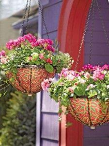 Maceteros colgantes con motivos florales