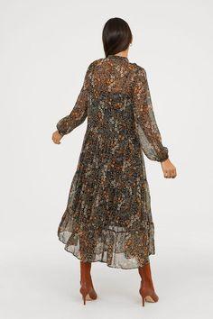 Ankle-length dress in chiffon with a printed pattern. Floral Maxi Dress, Chiffon Dress, Silk Dress, Dress Up, Modest Fashion, Trendy Fashion, Girl Fashion, All Black Outfit, Dress Black