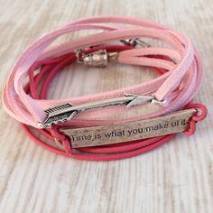 """Wikkelarmband van (licht) roze suede veter met metalen pijl of """"Time is what you make of it"""". Van JuudsBoetiek, €4,00 per stuk. Te bestellen op www.juudsboetiek.nl."""