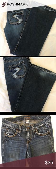 "Silver ""Lola"" Boot-Cut Jeans, size 28x31 Silver jeans, ""Lola"" style, midrise & boot cut. Width 28, length 31. Slight wear on the hem, and very little pilling on inner thighs as shown in pictures. Reasonable offers welcome 💖 Silver Jeans Jeans Boot Cut"