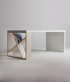 Coole Idee für einen Schreibtisch. Mit Bücher-Ablage in der Seite