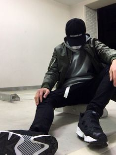ご覧頂きありがとうございます😊 URBAN RESEARCHのパーカーに 黒スキニーを履いて カー