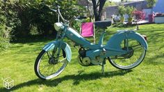 Mobylette motobecane AV76, vieille bleue