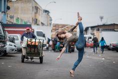 des danseuses de ballet dans les rues de Santiago du Chili par Omar Robles - https://www.2tout2rien.fr/des-danseuses-de-ballet-dans-les-rues-de-santiago-du-chili-par-omar-robles/