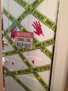 13 ideas to turn your door into a scary monster this Halloween - Halloween 2018, Zombie Halloween Party, Soirée Halloween, Zombie Birthday, Adornos Halloween, Manualidades Halloween, Halloween Birthday, Outdoor Halloween, Halloween Party Decor