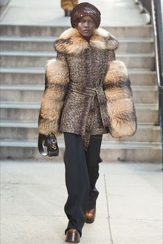 Guarda la sfilata di moda Marc Jacobs a New York e scopri la collezione di abiti e accessori per la stagione Collezioni Autunno Inverno 2017-18.
