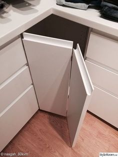 Kitchen ikea voxtorp 22 ideas for 2019 White Ikea Kitchen, Ikea Kitchen Cabinets, Kitchen Cabinet Design, Kitchen Shelves, Kitchen Furniture, Ikea Kitchen Interior, Howdens Kitchens, Handleless Kitchen, Kitchen Corner