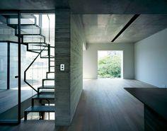 捕捉自然光。 位於東京青山的簡約住商混合建築,這是APOLLO Architects & Associates 的設計作品。以清水模打造的結構,搭配大面積玻璃和鋼件,讓空間保持簡樸質感,從頂樓設置的玻璃梯間起巧妙的讓光線落入到住家和商業空間內,產生美麗的光影變化。 via APOLLO Architects & Associates