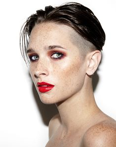 This beauty look is absolutely gorgeous but her haircut is what really sets this photo off. And you already know how we feel about freckles. Kudos to Sara Cummings. Gender Bender, Beauty Photography, Androgynous Makeup, Pretty People, Beautiful People, Charlotte Tilbury Makeup, Winged Liner, Madame, Portraits