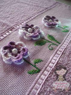 Toalha bordada em ponto cruz e crochê - By Raquel Fraga http://ateliedemimosdaquelsfs.blogspot.com.br/2014/01/toalha-bordada-com-ponto-cruz-e-croche.html