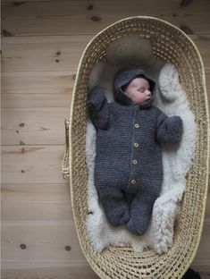 Selma's Sleep Suit is worked from the top down in garter stitch, first the hood and then the suit is worked. The yoke is shaped with raglan increases. Knitting For Kids, Baby Knitting Patterns, Baby Barn, Suit Pattern, Kids Suits, Baby Nest, Work Tops, Raglan, Garter Stitch