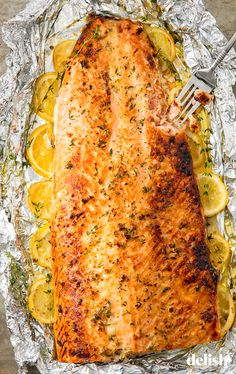 Baked Garlic Butter Salmon Recipes to Cook This healthy baked salmon in foil is the best way to feed Salmon Dishes, Fish Dishes, Seafood Dishes, Seafood Recipes, Cooking Recipes, Salmon Food, Dinner Recipes, Grill Recipes, Cooking Pork