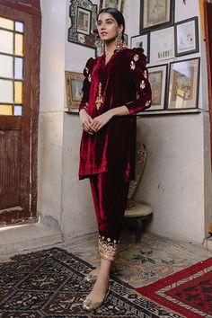 Velvet Pakistani Dress, Pakistani Formal Dresses, Pakistani Wedding Outfits, Pakistani Fashion Casual, Pakistani Dress Design, Fancy Dress Design, Stylish Dress Designs, Stylish Dresses, Stylish Outfits