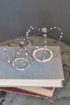 Tu sarai la mia regina e io il tuo re. Wire Crown, Sculpture Textile, Crown Decor, Shabby Chic Crafts, Wire Crafts, Beads And Wire, Wire Art, Wedding Cake Toppers, Wire Wrapped Jewelry