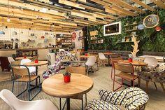 コロンビアのカフェ「9 3/4 Bookstore + Café,」には、六角形の心地よい空間があります。のんびりと本を読むことができるカフェです。