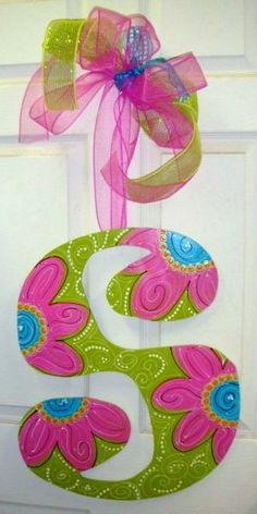Monogram door hangar with spring colors and daisy motif. Diy Letters, Letter A Crafts, Painted Letters, Wood Letters, Painted Initials, Decorated Letters, Alphabet Letters, Painted Wood, Letter Door Hangers